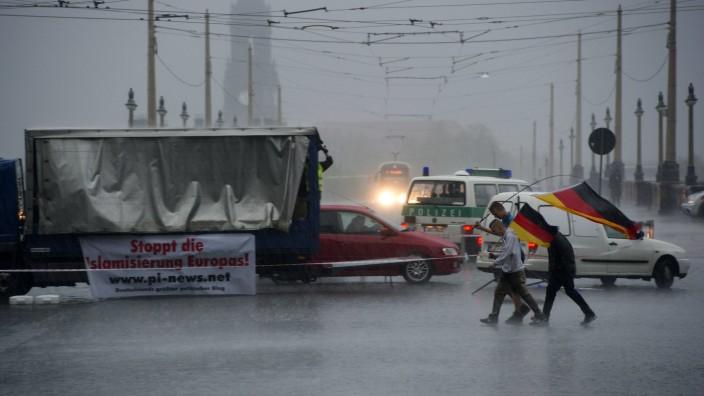 Drei Anhänger vom Buendniss Patriotischer Europäer gegen Islamisierung des Abendlandes Pegida lau