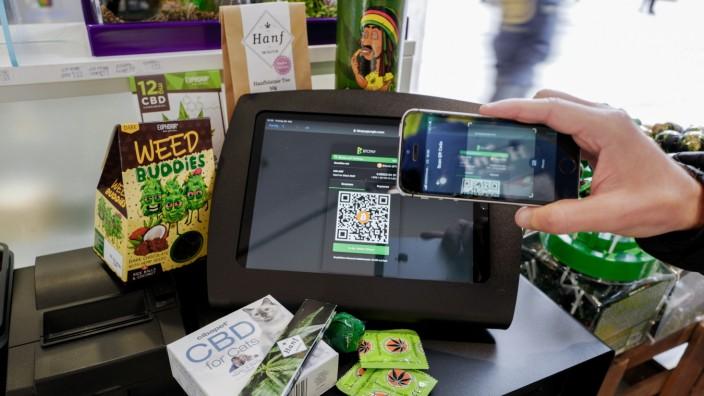 """Der Laden """"Hanf im Glück""""am Hauptbahnhof akzeptiert Bitcoin als Zahlungsmittel."""