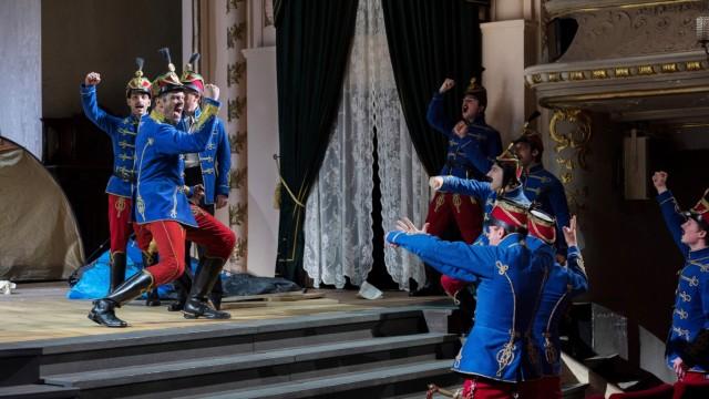 """Operette: Der """"Zigeuner""""baron Johann Strauss in der Inszenierung von Tobias Kratzer, Bühnenbild und Kostüme: Rainer Sellmaier"""