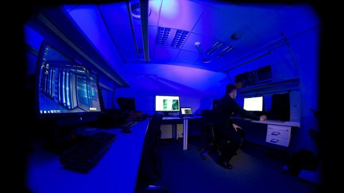 Computer in einem dunklen Raum