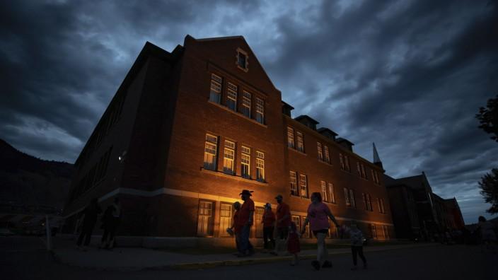 "Kanada: Das Internat ""Kamloops Indian Residential School"" am Abend"