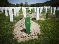 Gedenkstaette Srebrenica Im Juli 1995 toeteten serbische Einheiten unter General Ratko Mladic hier