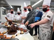 Frankreichs Präsident Macron zu Besuch bei Kochschülern