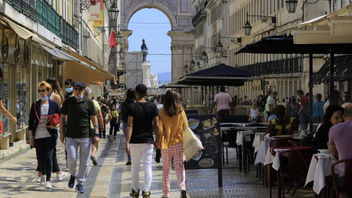 June 3, 2021, Lisbon, Portugal: Intense movement of people in Lisbon during Corpus Christi holiday in Portugal, on Thur