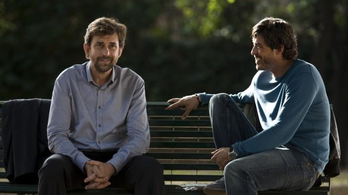 Spielfilm: Pietro (Nanni Moretti, links) sucht in Caos Calmo auf einer Parkbank nach Neuorientierung.