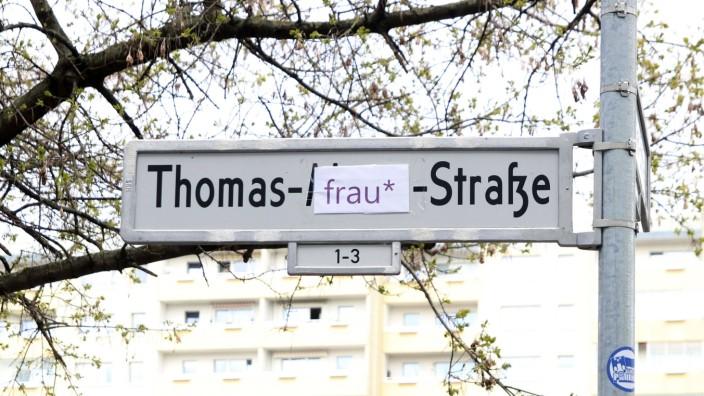 Unbekannte haben das Straßenschild Thomas-Mann-Straße überklebt mit Frau im Prenzlauer Berg. (Themenbild, Symbolbild) Be