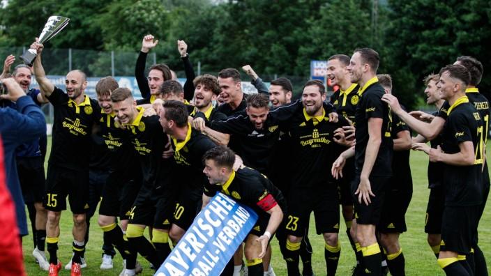 Ligapokal Regionalliga Bayern VfB Eichstaett - SpVgg Bayreuth 08.06.2021 Jubel bei der Pokaluebergabe des Ligapokales **