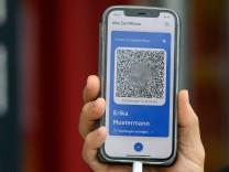Präsentation eines digitalen Impfnachweises auf einem Smartphone