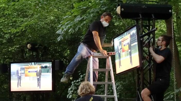 Public-Viewing in München:  Im Seehaus-Biergarten werden Bildschirme für die Übertragung der EM-Fußballspiele aufgehängt.