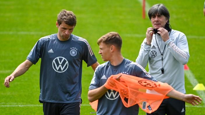 Fußball-EM: Jogi Löw und Spieler im Trainingslager der Deutschen Fußball-Nationalmannschaft