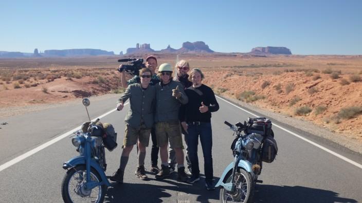 Markus J. Schindler (hinten links) die Wittmann-Brüder Thomas und Julian (mit Helm) auf ihrer Moped-Fahrt von New York nach Las Vegas. Unterstützt von seinem Assistenten Georg Lanz (hinten rechts) und Tonmeister Christian Kastl