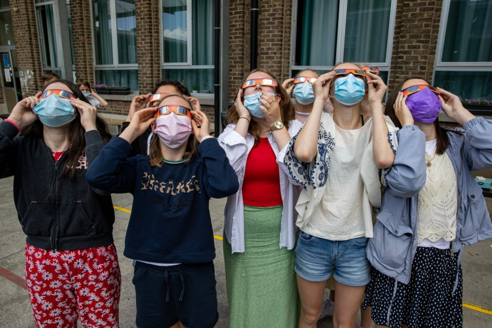 Partielle Sonnenfinsternis: Weltweite Eindrücke Illustration picture shows Students from the Broeders School looking at