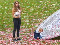 Winners ceremony with trophy Cathy Fischer wife of Mats HUMMELS FCB 5 with son Ludwig FC BAYERN M
