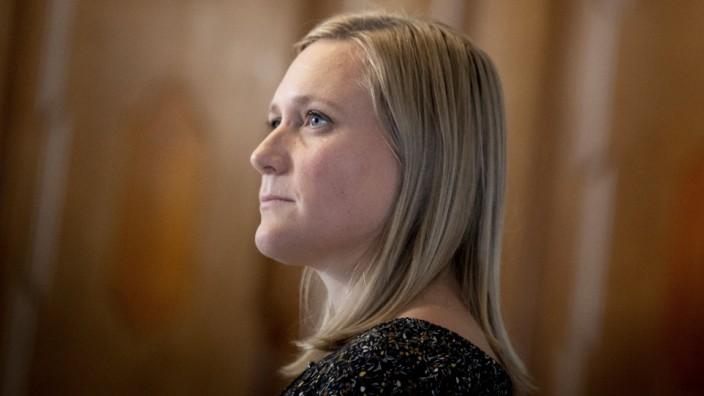 Eva Flyvholm (EL) foer samraad med forsvarsministeren om Forsvarets Efterretningstjeneste paa Christiansborg i Koebenhav