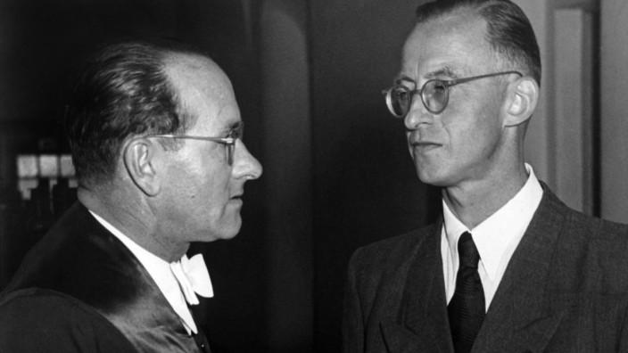 Verteidiger Dr. Franz Moser (l) mit dem Angeklagten Dr. Otto Thorbeck vor Gericht - 1952