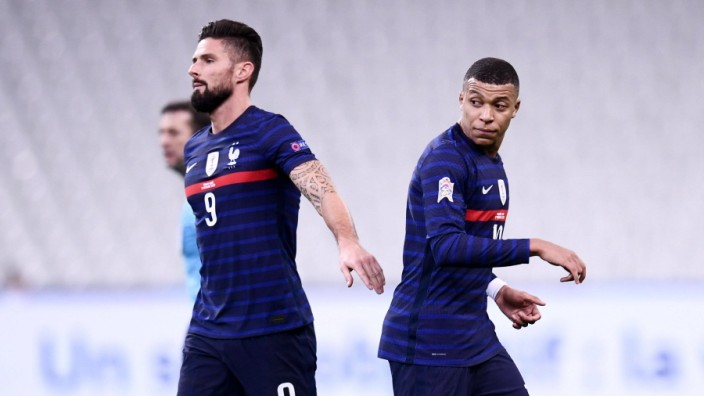 10 KYLIAN MBAPPE (FRA) - 09 OLIVIER GIROUD (FRA) - FAIR PLAY FOOTBALL : France vs Suede - Ligue des Nations - 17/11/2020