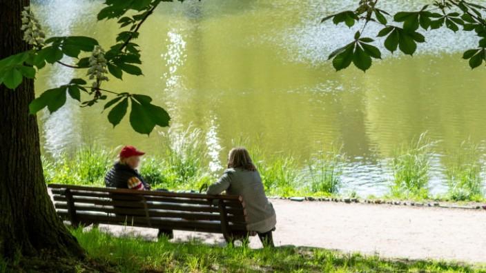 Schönes Wetter lockt in den Park, Das warme Wetter und die Sonne locken zahlreich nach draußen in die Grünanlagen. Zwei