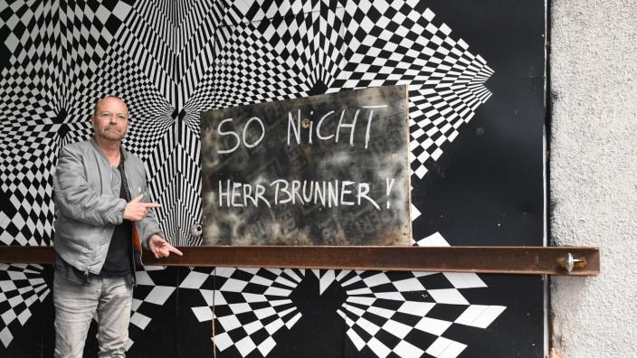 Wolfgang Flatz im Mai diesen Jahresauf der Praterinsel: Das Tor zu seinem Atelier ließ Eigentümer Urs Brunner mit einer Eisentraverse verriegeln.