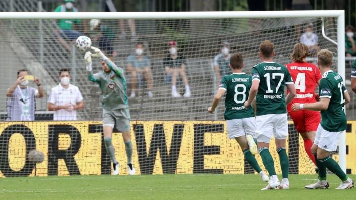 v.li.: Fehlgriff zum erzielt das Tor zum 0:1, scores the goal 0:1, Lukas Ramser (1. FC Schweinfurt 05), Nico Rinderknech