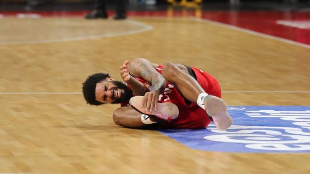 Dennis Seeley (Muenchen) liegt mit Schmerzen am Boden GER, FC Bayern Basketball vs. Alba Berlin, Basketball, 1.Bundeslig