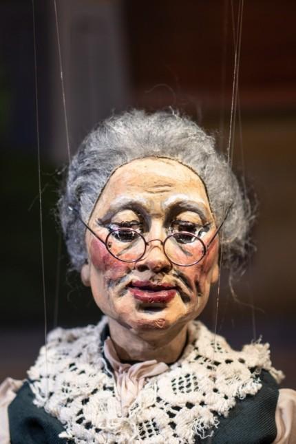 Marionettentheater: Die Großmutter ist in der Kasperliade die Vertreterin einer besonders vulnerablen Gruppe.