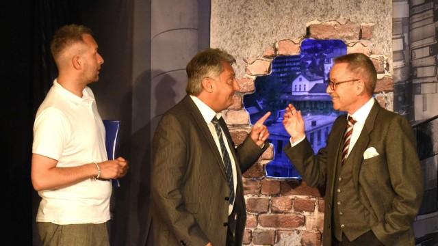 Komödiein Bergkirchen: Zwei Männer, die was zu sagen haben: Ansgar Wilk (li.) als Abteilungsleiter und Jürgen Füser als Geschäftsführer diskutieren vor dem Loch in der Wand.