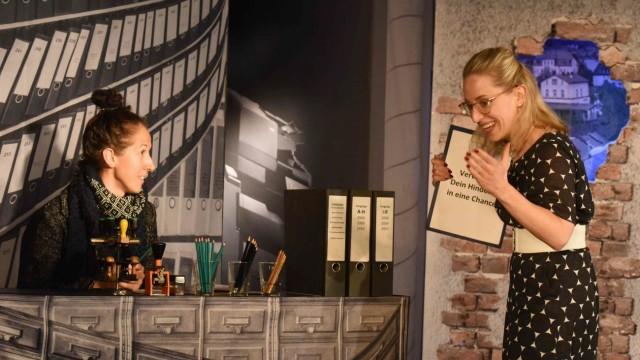 Komödiein Bergkirchen: Annalena Lipp (re.) brilliert als Mentalchoach, Julia Rieblinger spielt Frau Schmitt.