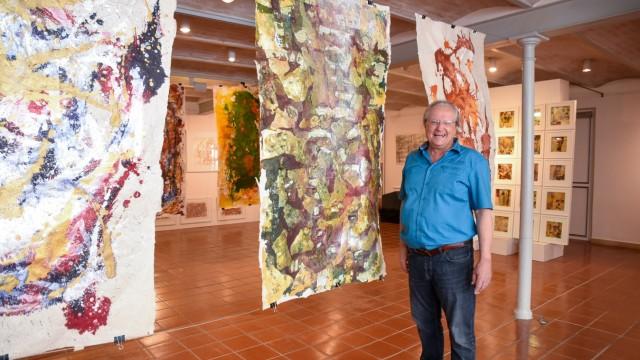 Kunstausstellung in Bad Tölz: Klaus Fessmann ist Emeritus, Pianist, Komponist, Autor und Maler mit Klangsteinen.