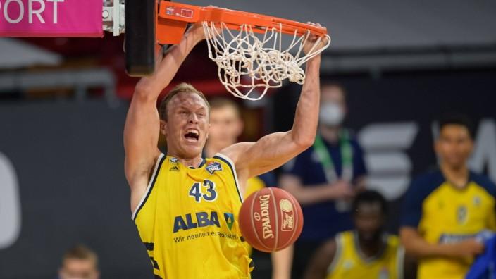 Basketball, BBL, 20210613, FC Bayern München - Alba Berlin. Im Bild Luke SIKMA (Alba Berlin, 43) Dunking. München Audi D