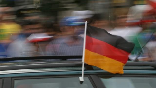 Fußball-WM 2006 in München: Deutschland-Fans mit Fahne am Auto