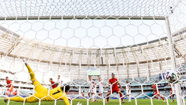 12.06.2021, Baku Olympic Stadium, Euro 2020: Wales - Schweiz, Torhüter Yann Sommer (Schweiz) kassiert das Tor zum 1:1 Ba