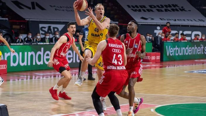 Luke Sikma 43 (Alba Berlin), Leon Radosevic 43 (FC Bayern), JaJuan Johnson 25 (FC Bayern), FC Bayern Basketball vs. Alba