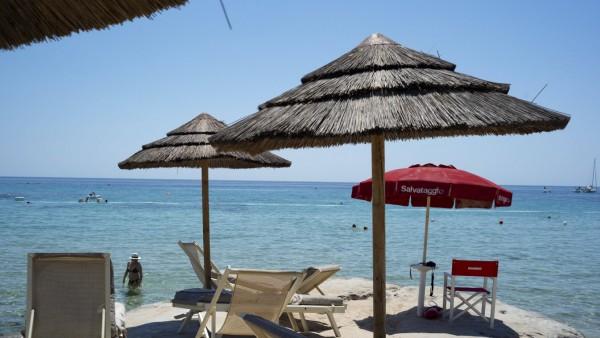 Forte Village, Luxusresort, Pula Cagliari, Sardinien. Im Bild: Sonnenschirme,Sandstrand, Meer 24.-26.07.2020 *** Forte