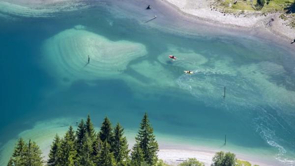 Personen auf einem Stand-Up-Paddle und Kayak am Ufer des Plansee, Reutte, Tirol, Österreich, Europa *** People on a Stan