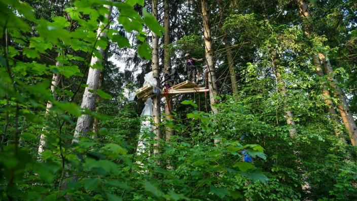 Polizei räumt Baumbesetzung gegen Waldrodung bei München