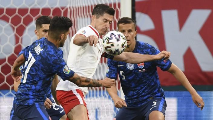 Polen bei der Fußball-EM: Polens Robert Lewandowski (mi.): Gut bewacht von den Slowaken
