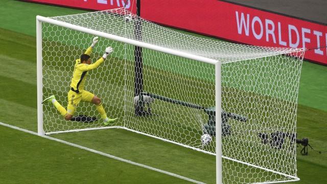Fußball-EM: Sprint, Sprung - Landung im Netz: Schottlands Keeper David Marshall versucht vergeblich, den 45-Meter-Schuss von Patrik Schick einzufangen.