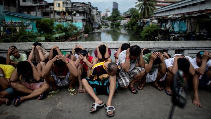 Anti-Drogenkrieg: Mutmaßliche Drogenhändler, von der Polizei bei einer Razzia in Manila verhaftet.