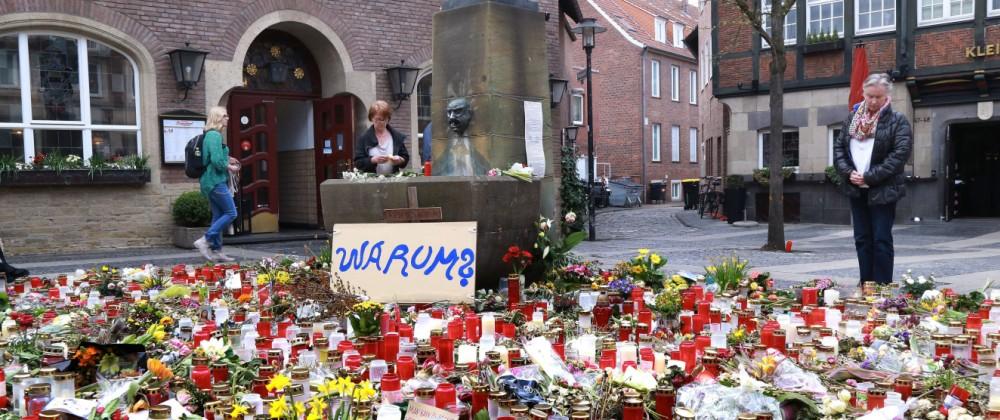 Münster eine Woche nach dem Anschlag vor der Gaststätte Großer Kiepenkerl Zahlreiche Kerzen und B