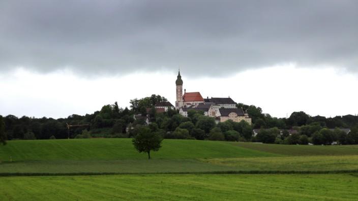 Regenfront über dem Kloster