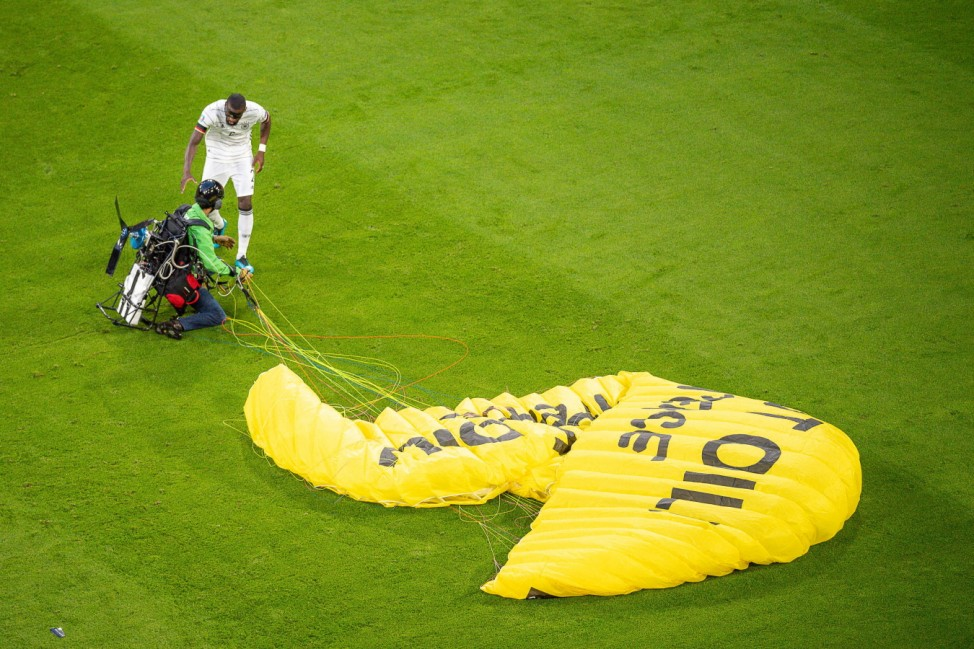Greenpeaceaktivist mit Elektro Schirm, Antonio Ruediger (Deutschland, 02), GER, Frankreich vs. Deutschland, Fussball, UE