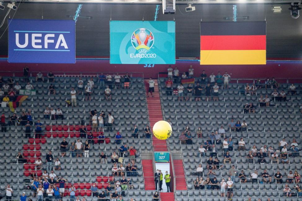 Greenpeaceaktivist mit Elektro Schirm, GER, Frankreich vs. Deutschland, Fussball, UEFA EURO, EM, Europameisterschaft,Fus