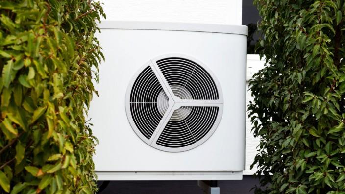 Luftwärmepumpe, Luft-Wasser-Wärmepumpe zur Wärmegewinnung im Vorgarten eines Einfamilienhauses *** Air-source heat pump,