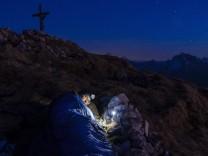 Bergsteiger biwakiert am Gipfel des Berchtesgadener Hochthron, Untersberg, Berchtesgadener Alpen, Bischofswiesen, Bercht