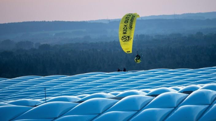 Greenpeace Aktion, landet auf dem Stadiondach, vor dem Spiel, Frankreich vs. Deutschland, Gruppenphase, UEFA EURO, EM, E