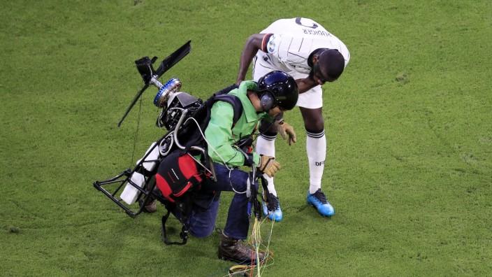 GREENPEAS Aktivist landete vor dem Anpfiff in der Allianz Arena mit Spieler RUEDIGER Antonio UEFA Fussball Europameister