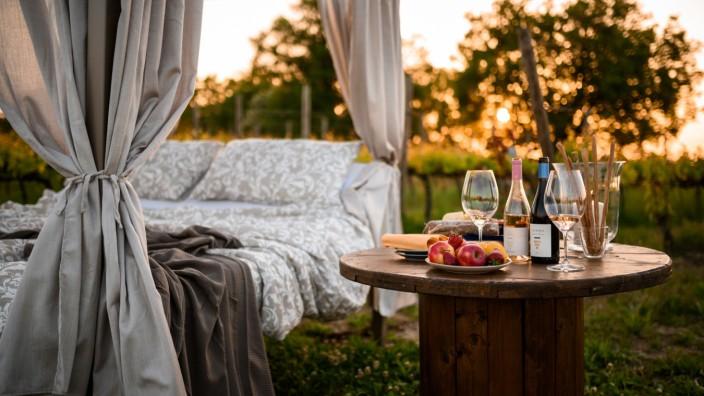 Alternativen zum Camping: Wer im Weinberg schläft, hat's nach dem letzten Glas nicht weit ins Bett.