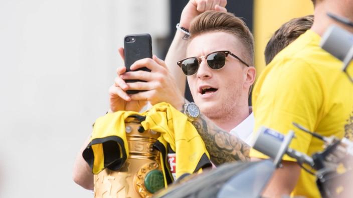 Marco REUS DO filmt oder fotografiert mit seinem Handy DFB Pokal Borussia Dortmund Siegesfeier; Fußball-EM