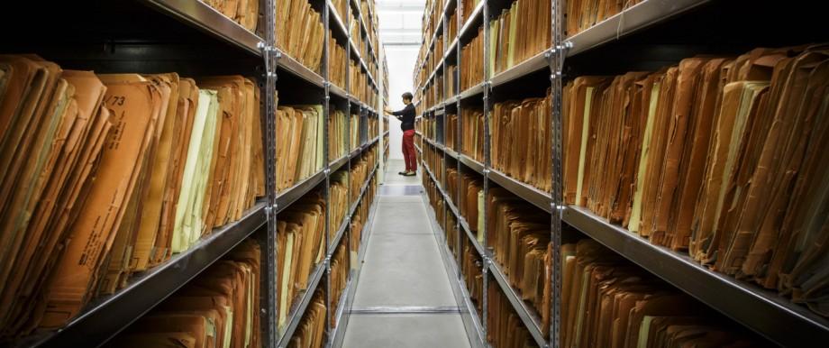 Mitarbeiterin im Archiv der Stasi Unterlagenbehoerde in Berlin Lichtenberg Berlin 30 07 2013 Berl