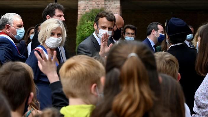 Frankreichs Präsident Emmanuel Macron vor der Schule in Poix-de-Picardie, wo seine Großmutter unterrichtete.